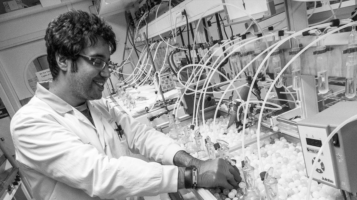 Mohsen Esmaily i sitt laboratorium för forskning om atmosfärisk korrosion. Foto: Mats Tiborn