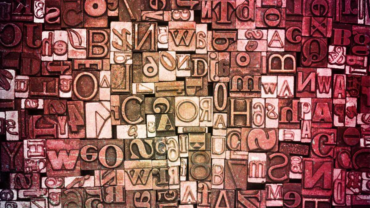 närbild på bokstäver för typsättning i gammal sättmaskin