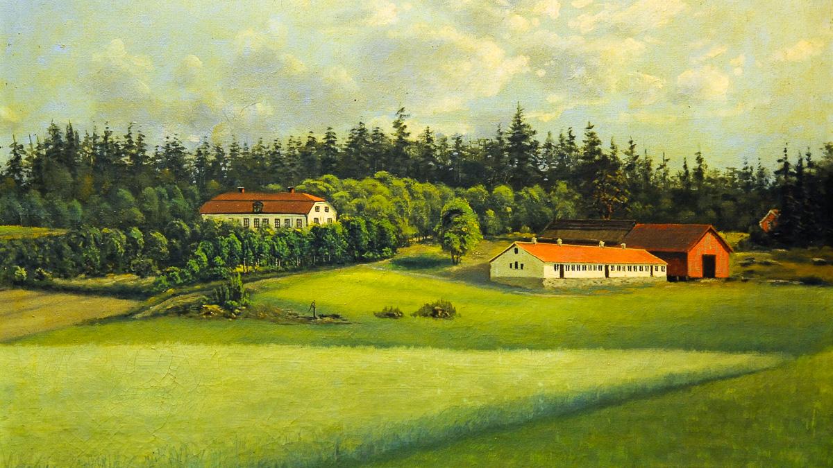 oljemålning av svenskt landskap med äng i förgrund, två gårdshus, en lada och skog i bakgrund