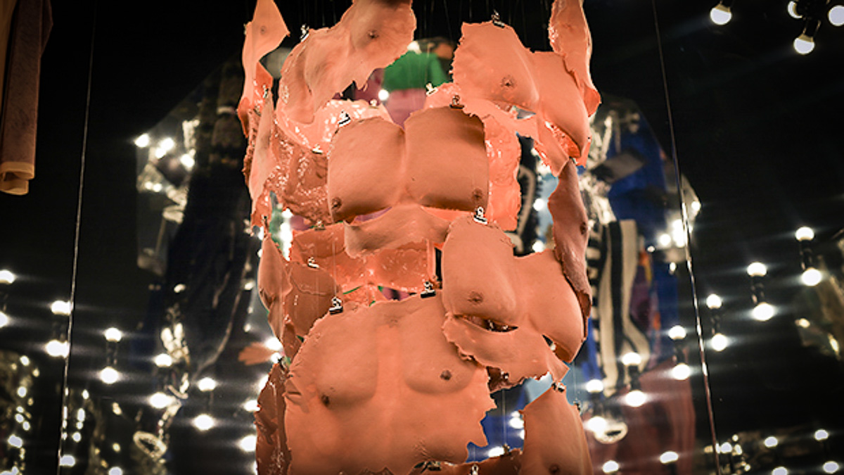 konstprojekt där avgjutningar av mäns bröstkorgar hänger arrangerade i ett kluster
