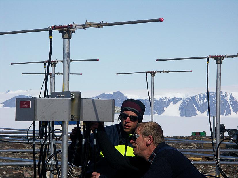 Hans Nilsson och Ingemar Wolf, IRF, monterar ihop atmosfärsradarn MARA vid forskingsstationen Wasa på Antarktis för tio år sedan (foto: Hans Nilsson, IRF)