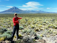 Steffi Burchardt framför vulkankomplexet Payun i Argentina. (Foto: Karen Mair)