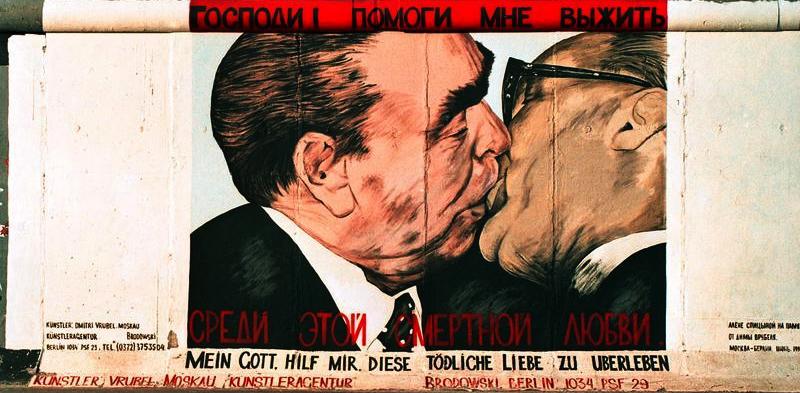 Honecker får en kyss av Leonid Brezjnev, avbildat på en del av Berlinmuren kallad East Side Gallery. Målningen är gjord efter ett berömt foto.