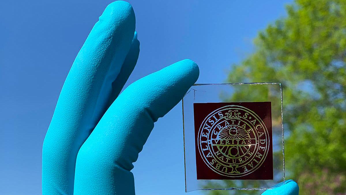Solcellen som använder inomhusbelysning för att ladda prylar