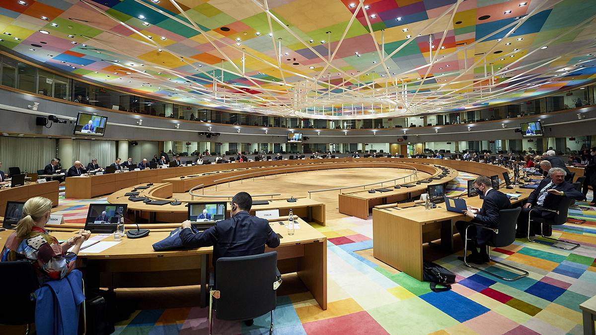 EU:s ministerråd sitter vid ett runt bord i en stor sal