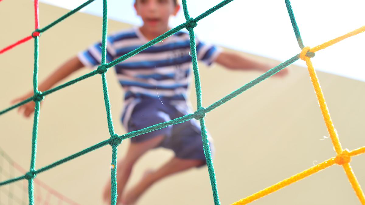 Barn hoppar studsmatta