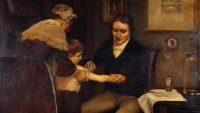Doktor Edward Jenner utför första vaccinationen år 1796. Oljemålning av Ernest Board. Bild: Wellcome Collection (CC BY 4.0).
