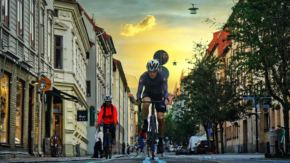 Man cyklar i stan.