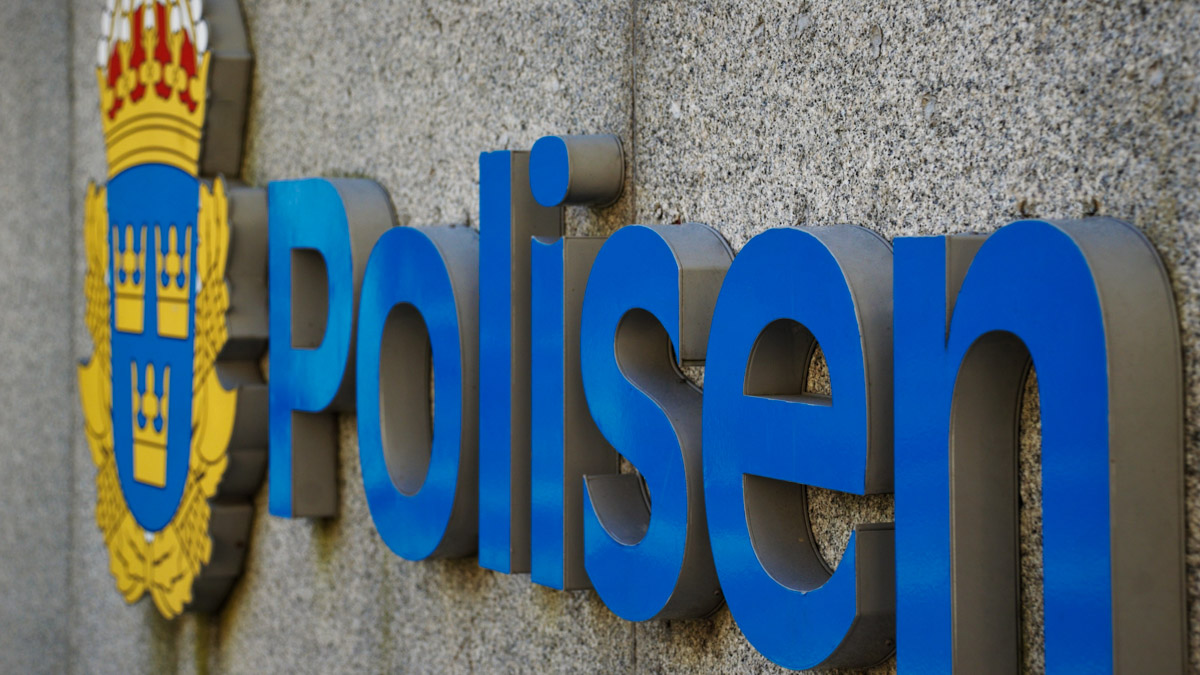 Skylt som säger Polisen utanför ett poliskontor.