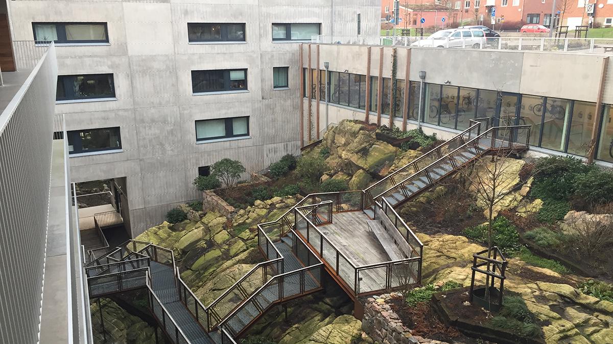 InnerInnergård med exkluderande arkitektur för äldre personer och personer med funktionsnedsättning.