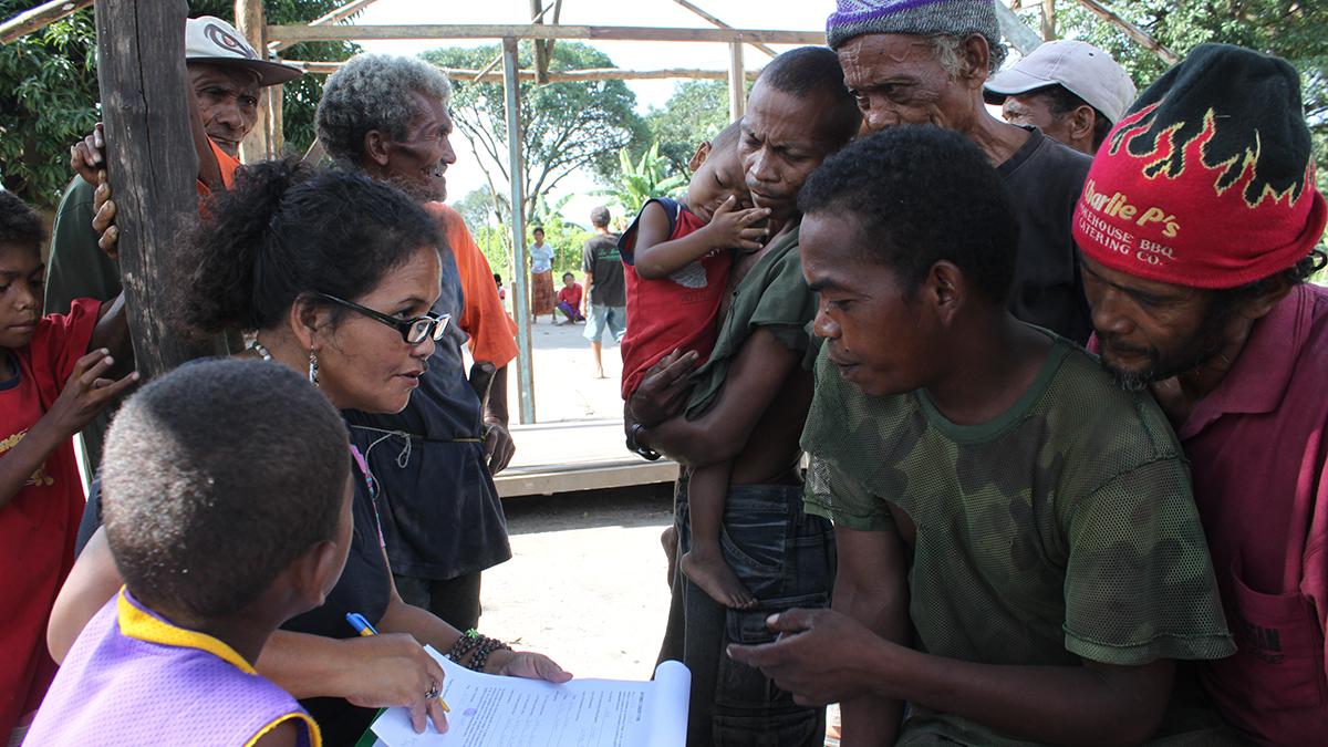 Människor ur den filippinska folkgruppen ayta magbukon blir intervjuade.
