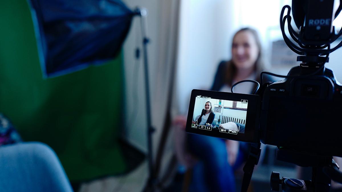 Kvinna blir intervjuad av en journalist.