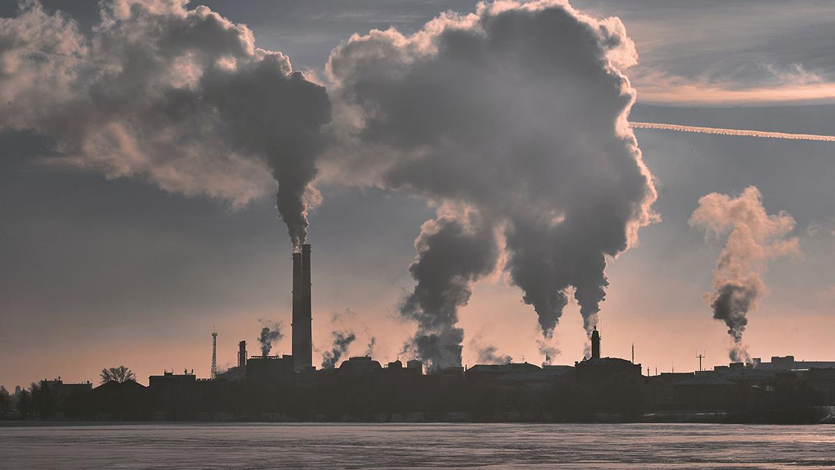 Fabriker som släpper ut luftföroreningar ur sina skorstenar.