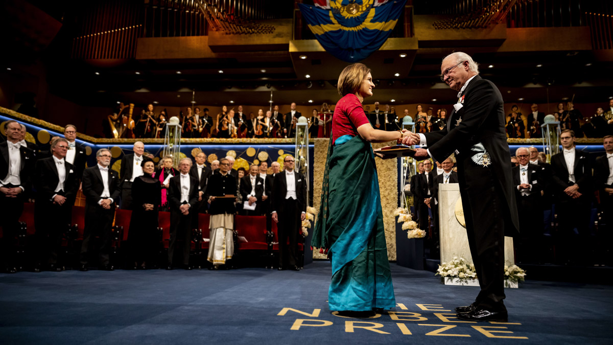 Esther Duflo tar emot Nobelpriset i ekonomi ur kung Carl Gustafs hand.