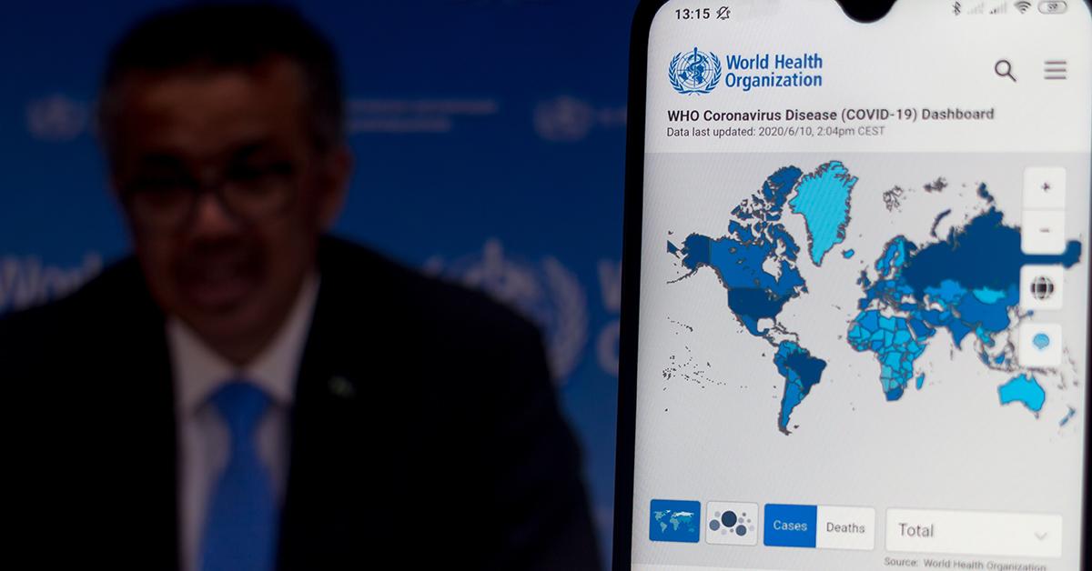 Tedros Adhanom Ghebreyesus, generaldirektör för Världshälsoorganisationen (WHO) kommenterar en bild som visar spridningen av covid-19 över världen.