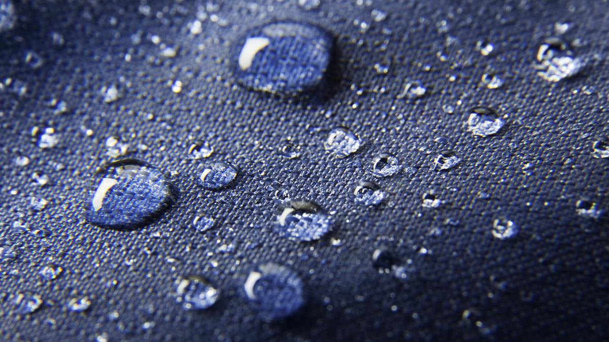 Vattendroppar på ett vattenavvisande tyg.